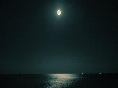 Vollmond steht über dem Meer - p1282m1108551 von Stefano Boragno