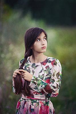 Mädchen flicht sich einen Zopf - p1432m2093437 von Svetlana Bekyarova