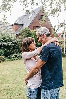 Mature couple embracing in garden - p586m1178411 by Kniel Synnatzschke