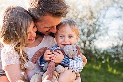 Familie im Frühling - p796m1550313 von Andrea Gottowik