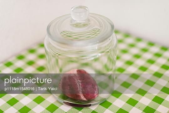 Tierisches Herz in einem Glasbehälter - p1118m1548016 von Tarik Yaici