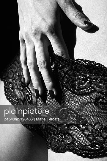 Finger im Schritt - p1540m2128436 von Marie Tercafs