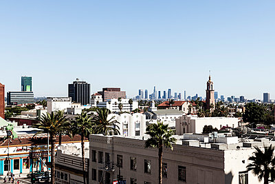 View of downtown LA from a roof in Hollywood - p1094m971505 by Patrick Strattner
