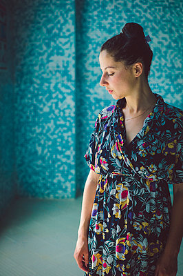 Woman in floral patterned dress - p1150m2158348 by Elise Ortiou Campion