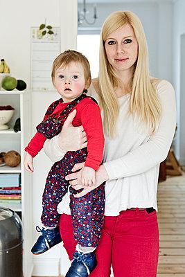 Mutti hält ihre Tochter - p1221m1115968 von Frank Lothar Lange