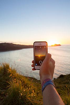 Handyphoto vom Sonnenuntergang am Meer - p948m1465594 von Sibylle Pietrek