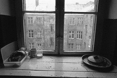 Fenster in einem Berliner Hinterhof - p9791624 von Janssen