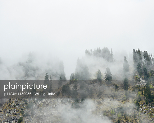 Wolken und Berge am Lac de Montriond - p1124m1150086 von Willing-Holtz