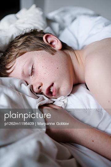 Schlafender Junge - p1262m1198409 von Maryanne Gobble