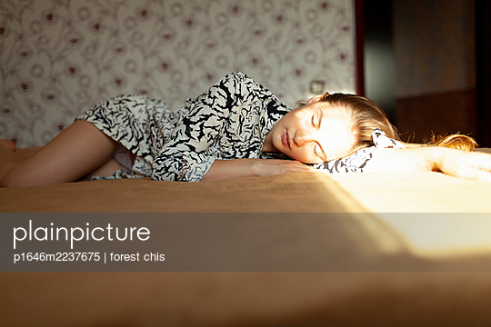 Young woman sleeping on bed - p1646m2237675 by Slava Chistyakov