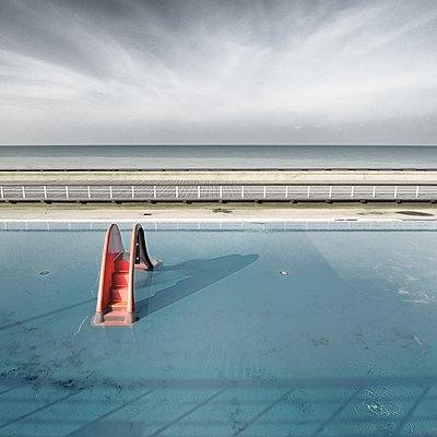 Rutsche im Pool - p1137m1559144 von Yann Grancher