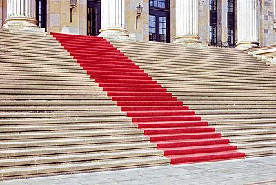 Treppe mit rotem Teppich - p885m1087463 von Oliver Brenneisen