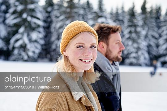 Junges Paar macht einen Winterspaziergang - p1124m1589310 von Willing-Holtz