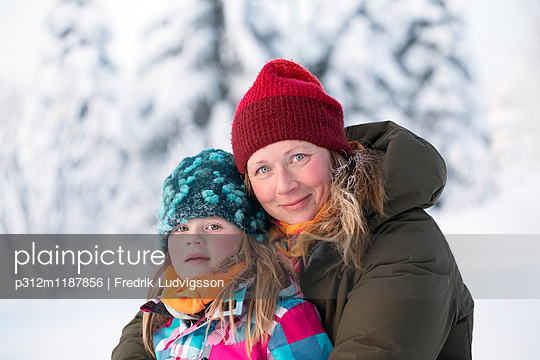 Portrait of mother and daughter - p312m1187856 by Fredrik Ludvigsson