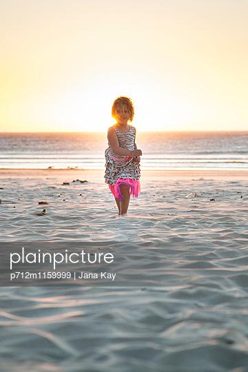 Kleines Mädchen am Strand - p712m1159999 von Jana Kay