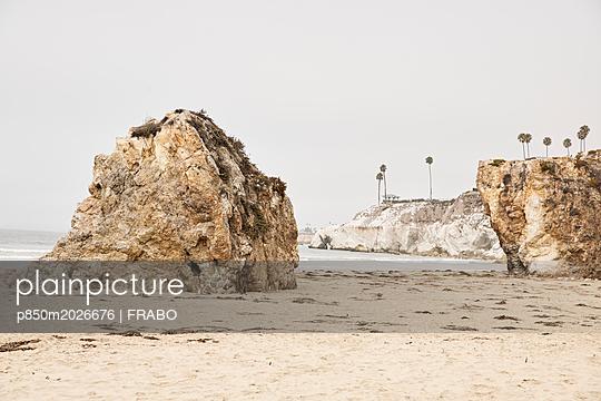 Felsen am Strand - p850m2026676 von FRABO