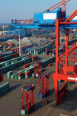 Containerterminal und Containerbrücke - p1099m882895 von Sabine Vielmo