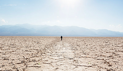 Setting off alone (Death Valley) - p1515m2101068 by Daniel K.B. Schmidt
