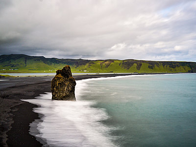 Iceland, Black Sand Beach - p1549m2158035 by Sam Green
