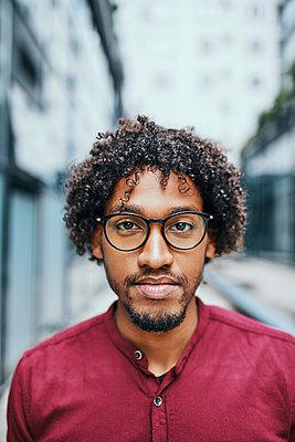 Portrait of a young man wearing glasses - p300m2030594 von Zeljko Dangubic