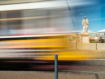 Portugal, Grande Lisboa, Lisbon, moving tram and statue of Vincent of Saragossa - p300m2059373 by Albrecht Weißer