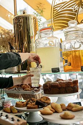Café mit hausgemachter Limonade - p600m2134861 von Laura Stevens