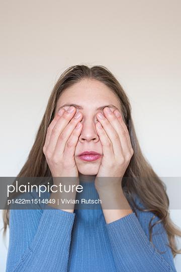 Junge Frau hält sich die Augen zu - p1422m1514849 von Vivian Rutsch