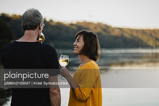 Seniorenpaar trinkt Weißwein am Baldeneysee - p586m2109047 von Kniel Synnatzschke