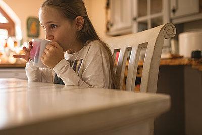 Mädchen am Morgen - p1315m2041452 von Wavebreak