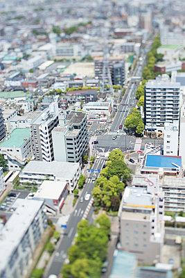 Tilt-shift bird's eye view of Tokyo cityscape, Tokyo, Japan - p307m1174654 by Takuji Wako