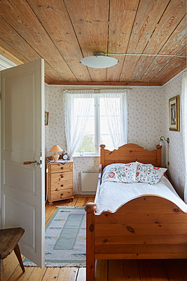 Empty bed in room at home - p426m2117294 by Maskot