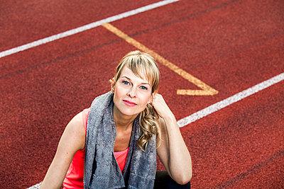 Sportliche Frau - p904m1031379 von Stefanie Päffgen