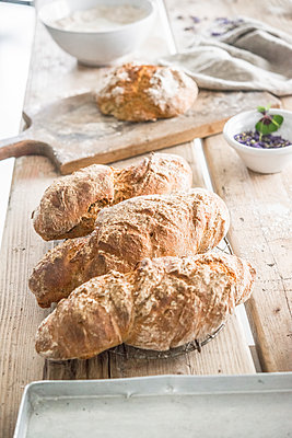 Freshly baked bread - p936m1161845 by Mike Hofstetter