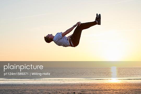Akrobat am Strand - p1124m1589371 von Willing-Holtz