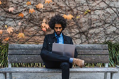 Male entrepreneur using laptop while sitting on bench - p300m2287132 by VITTA GALLERY