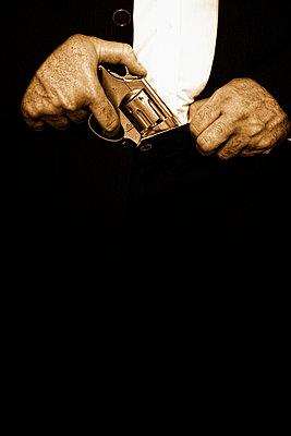 Hände mit Revolver - p3300268 von Harald Braun