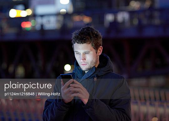 Mann mit Smartphone in der Stadt  - p1124m1216848 von Willing-Holtz