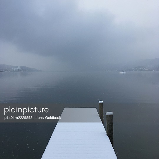 Snow-capped boardwalk, Lake Wörthersee - p1401m2229898 by Jens Goldbeck
