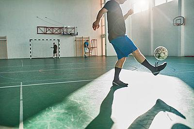 Indoor soccer player balancing the ball - p300m1588138 von Zeljko Dangubic