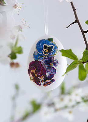 Easter Egg painted with pansy / viola detail - p349m2167873 by Sussie Bell