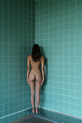 Naked woman in bathroom - p427m2022644 by Ralf Mohr
