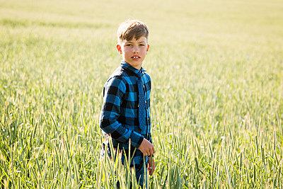 Junge in der Natur - p796m2093091 von Andrea Gottowik