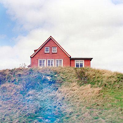 Haus in den Dünen - p989m907159 von Gine Seitz