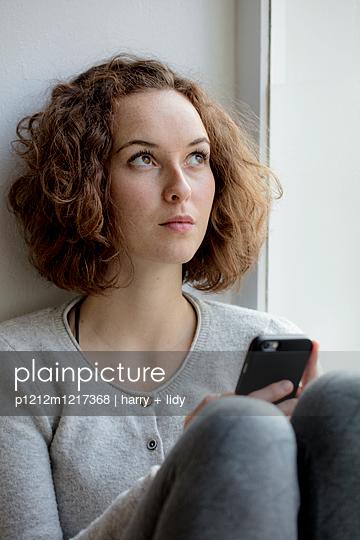 Junge Frau mit Smartphone - p1212m1217368 von harry + lidy