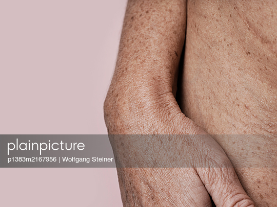 Mature woman with hand on hip - p1383m2167956 by Wolfgang Steiner