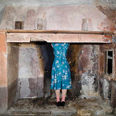 Rear view, Woman in floral dress - p1105m2216612 by Virginie Plauchut