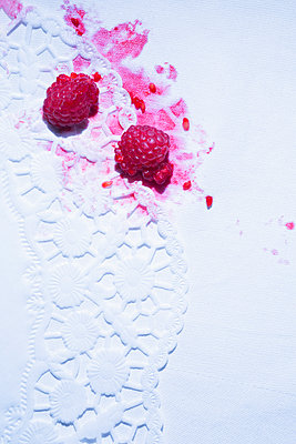 White tablecloth with stains of smeared raspberries - p1149m2093470 by Yvonne Röder