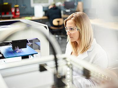 Female technician checking 3D printer - p300m2005662 by Christian Vorhofer