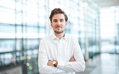 Portrait of confident young businessman - p300m2081402 by Philipp Nemenz