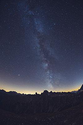 Idyllic shot of milky way over Alps, Italy - p300m2144989 by William Perugini